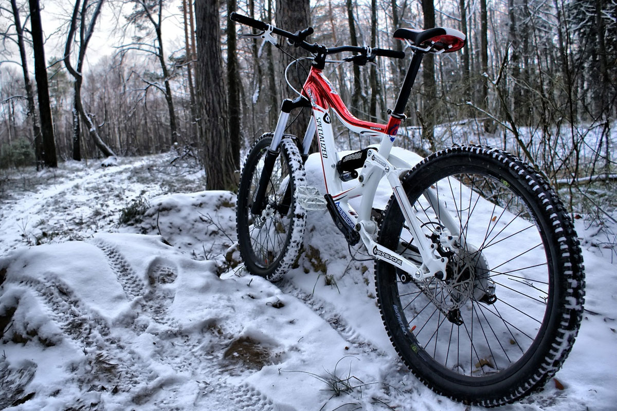 Горный велосипед на снегу