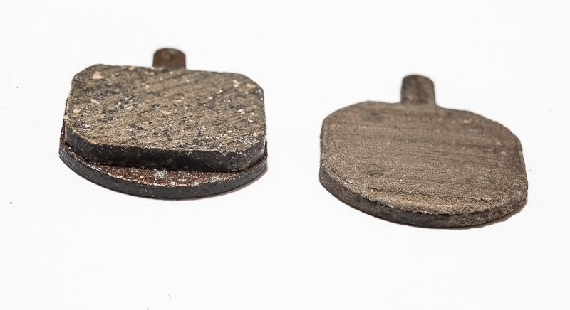 Новая и изношенная тормозные колодки